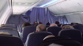 Pasajeros en asientos del jet de los aviones del aeroplano almacen de metraje de vídeo