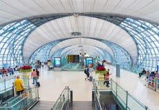 Pasajeros en el área de la salida del aeropuerto de Bangkok Imagen de archivo