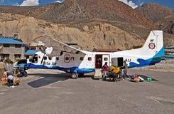 Pasajeros en el aeropuerto de Jomsom, región de Annapurna, Nepal Imágenes de archivo libres de regalías