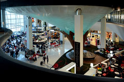 Pasajeros en el aeropuerto internacional de Auckland Fotografía de archivo libre de regalías