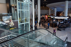 Pasajeros en el aeropuerto internacional de Auckland Imagen de archivo