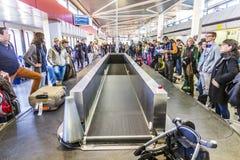 Pasajeros en el carrusel del equipaje en el aeropuerto Tegel Fotografía de archivo libre de regalías