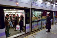Pasajeros en el metro de Shangai - China Foto de archivo