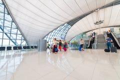 Pasajeros en el área de la salida del aeropuerto de Bangkok Imagenes de archivo