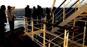 Pasajeros en la cubierta de un barco de cruceros Fotos de archivo