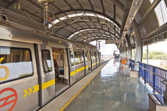 Pasajeros en la estación de metro con el tren de llegada Foto de archivo