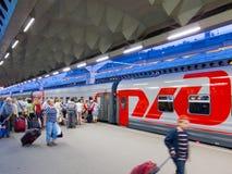 Pasajeros en la estación raiway de Moscú, St Petersburg Fotos de archivo