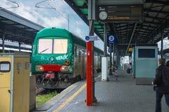 Pasajeros en la plataforma de la estación de Bolonia en Italia Foto de archivo