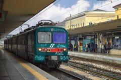 Pasajeros en la plataforma de la estación de Bolonia en Italia Fotografía de archivo