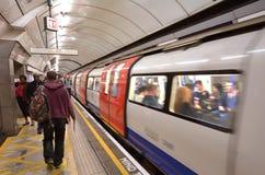 Pasajeros en la plataforma subterráneo de Londres Fotos de archivo