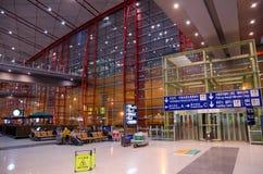 Pasajeros en la sala de espera del aeropuerto internacional de Pekín Fotos de archivo libres de regalías