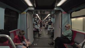 Pasajeros en metro móvil Lisboa, Portugal metrajes