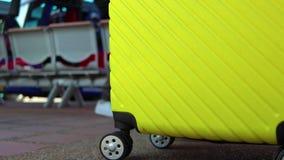 Pasajeros que arrastran el bolso del equipaje de la maleta, caminando al embarque del pasajero en aeropuerto Viaje de trabajo del metrajes