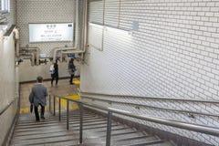 Pasajeros que caminan abajo de las escaleras para el tren la puerta en la estación de Tsukiji Imágenes de archivo libres de regalías