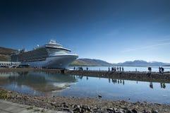 Barco de cruceros en Islandia Foto de archivo libre de regalías
