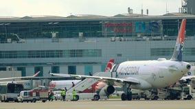 Pasajeros que dejan la pasarela del avión Gente en el aeropuerto metrajes