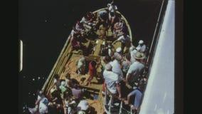 Pasajeros que embarcan el bote salvavidas almacen de video