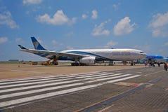 Pasajeros que esperan de Oman Air para a conseguir a bordo Fotos de archivo libres de regalías