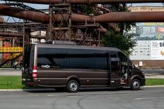 Pasajeros que esperan del microbús de Mercedes-Benz Spriner 519CDI para imagen de archivo
