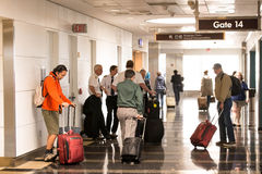 Pasajeros que esperan en el pasillo un vuelo Foto de archivo libre de regalías