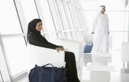 Pasajeros que esperan en salón de la salida del aeropuerto fotografía de archivo