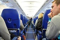 Pasajeros que esperan en un aeroplano de Boeing a una f intercontinental imagen de archivo libre de regalías