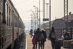 Pasajeros que esperan para subir a un tren en la plataforma de la estación de tren principal de Belgrado durante una tarde solead Fotos de archivo