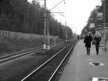 Pasajeros que esperan un tren Imagen de archivo libre de regalías