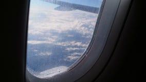 Pasajeros que llevan del avión de pasajeros que sacuden en zona peligrosa de la turbulencia Desplome del aire almacen de video