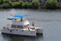 Pasajeros que llevan grandes del barco de placer rio abajo, en el lago Ontario, Oswego, Ny, 2016 Foto de archivo libre de regalías