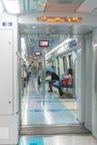 Pasajeros que montan un de alta tecnología, tren de cercanías del monorrail Imagen de archivo libre de regalías