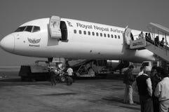 Pasajeros que se preparan para subir a l?neas de aire de Nepal Imagenes de archivo
