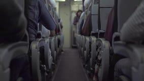 Pasajeros que se sientan en el aeroplano del asiento mientras que vuela en cielo Pasajeros dentro del vuelo del rato de los avion almacen de video