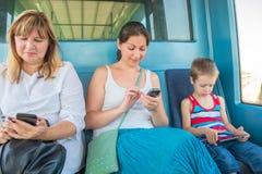 Pasajeros que se sientan en el metro del tren foto de archivo