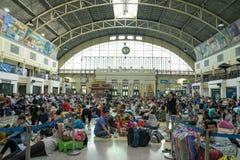 Pasajeros que se sientan y que esperan para tomar en los trenes en el pasajero ha imagenes de archivo