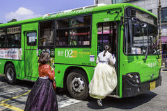 Pasajeros que suben al autobús, Corea del Sur Imagenes de archivo