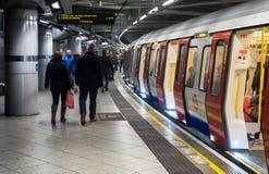 Pasajeros que suben al tren subterráneo de Londres Foto de archivo libre de regalías