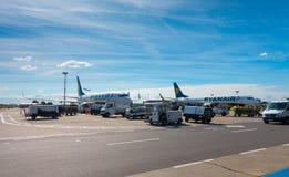 Pasajeros que suben en los aviones de la compañía de línea aérea del bajo costo Ryanair Imágenes de archivo libres de regalías
