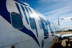 Pasajeros que suben en los aviones de la compañía de línea aérea del bajo costo Ryanair Imagen de archivo