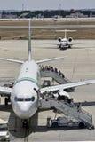Pasajeros que suben en un avión Imagen de archivo libre de regalías