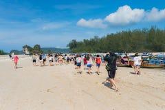 Pasajeros que suben a la nave en la playa del nang del Ao a la isla de hong, del poda, del pollo, de la tina y del phiphi, Krabi  Foto de archivo