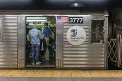 Pasajeros que viajan en un metro en New York City imágenes de archivo libres de regalías