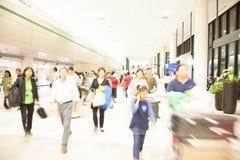 Pasajeros a toda prisa a caminar en la terminal de viajeros del aeropuerto, imagenes de archivo