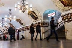 Pasajeros y turistas en la parte radial de Kievskaya de la estación de metro adentro foto de archivo