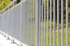 Pasamano de acero blanco de la cerca Imagenes de archivo