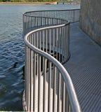 Pasamano del metal por el agua Imagen de archivo