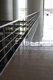 Pasamano, suelo de mármol en área comercial Fotografía de archivo libre de regalías