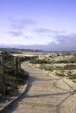 Pasamano y paseo marítimo sobre las dunas de arena Imagen de archivo