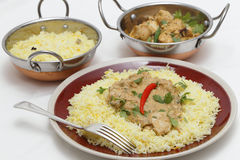 Pasanda与服务碗的鸡膳食 免版税库存照片