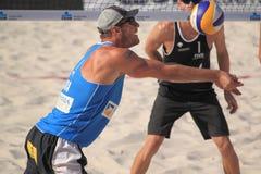 Pasando a Alison Cerutti - voleibol 2012 de la playa Fotos de archivo libres de regalías